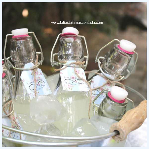 """""""Botellas dispuestas en puestos de limonada para bodas"""""""