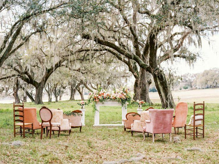 sofás rosas y árbol al aire libre
