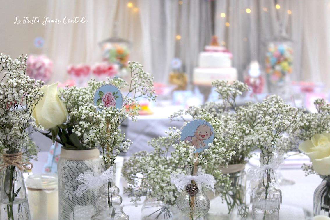 flores en mesa de comunión